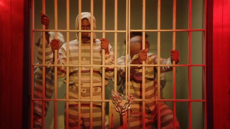 »Babushka Boi«: A$AP Rocky mit Kopftuch hinter Gittern // Video