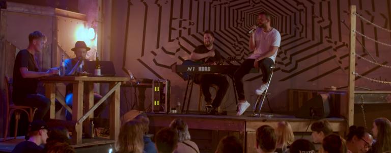 Bawrz bei Kerzenschein: Al Kareem und Band viben in Berlin // Live-Video