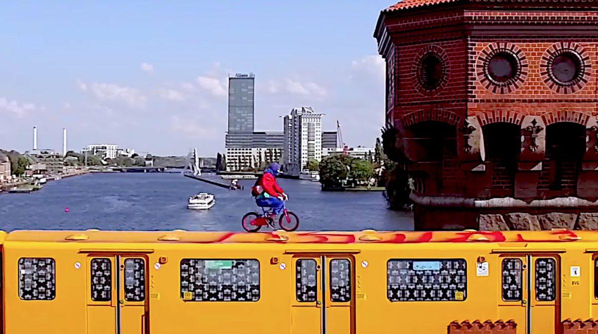 Kletterausrüstung Berlin : Berlin kidz surfen mit dem fahrrad auf fahrender u bahn video