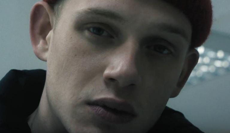 John Known veröffentlicht »John Doe«-Single »1000jibs« // Video