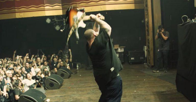 Rockstar-Performance: Action Bronson spielt »Easy Rider« und zertrümmert eine Gitarre // Video