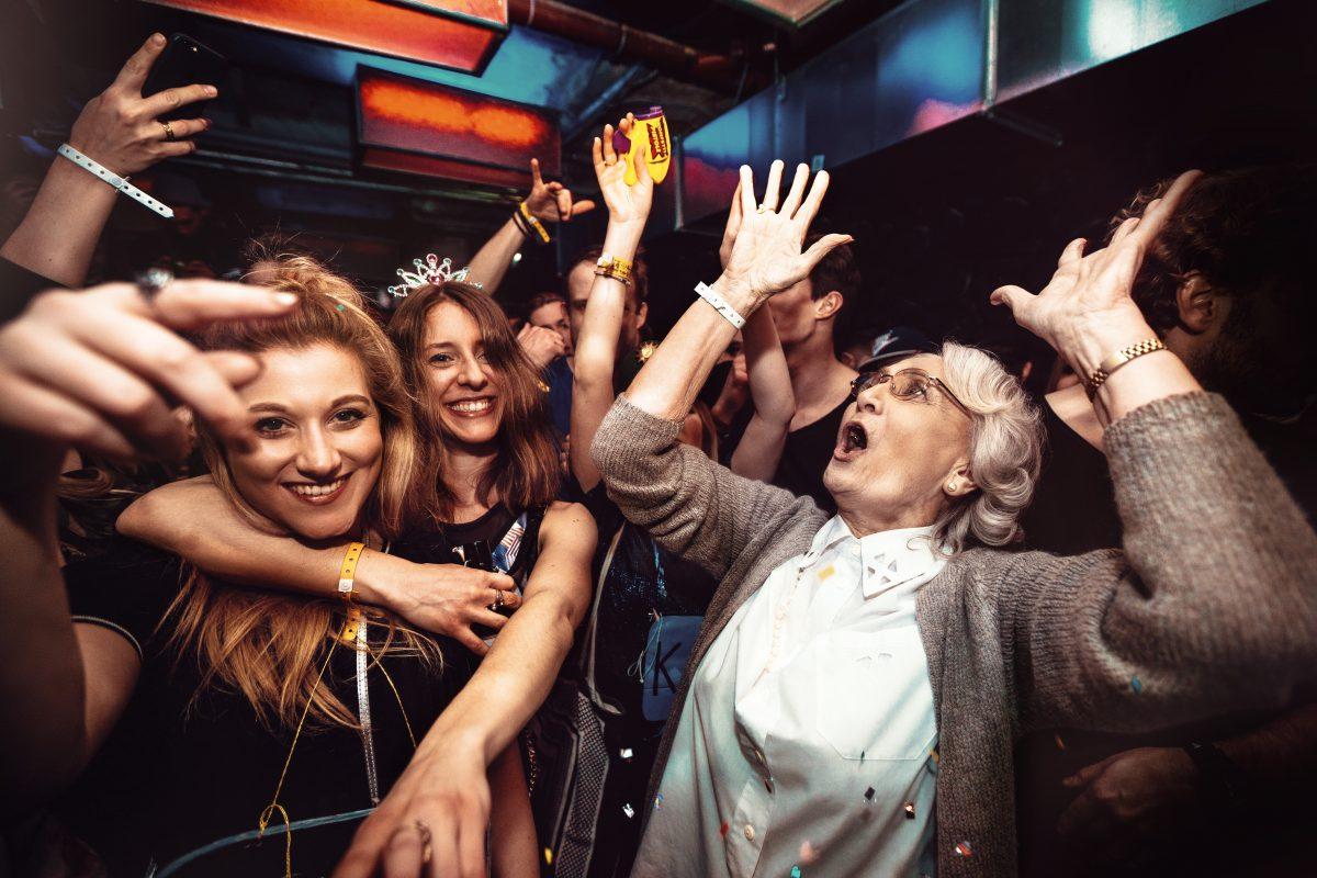 Partycrowd statt schaukelstuhl helga und frangelico for Schaukelstuhl real