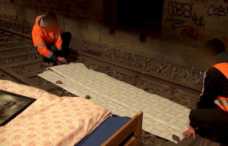 Zimmer gebaut und Schienen abmontiert im U-Bahn-Schacht  // Video