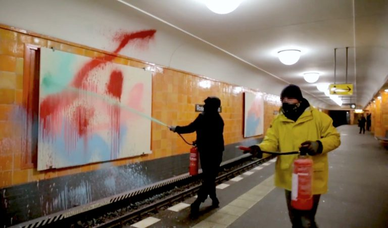 Die Metro-Feuerwehr: TOYs bringen Farbe in den U-Bahnhof // Video