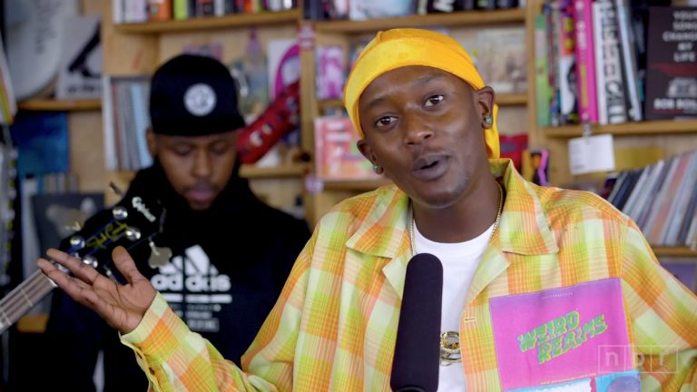 »Can we smoke in here?!«: Buddy beim Tiny Desk Concert // Video
