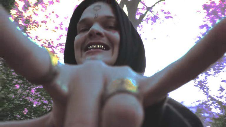Sierra Kidd erzählt in »In die Luft«, warum er's lieber selber macht // Video