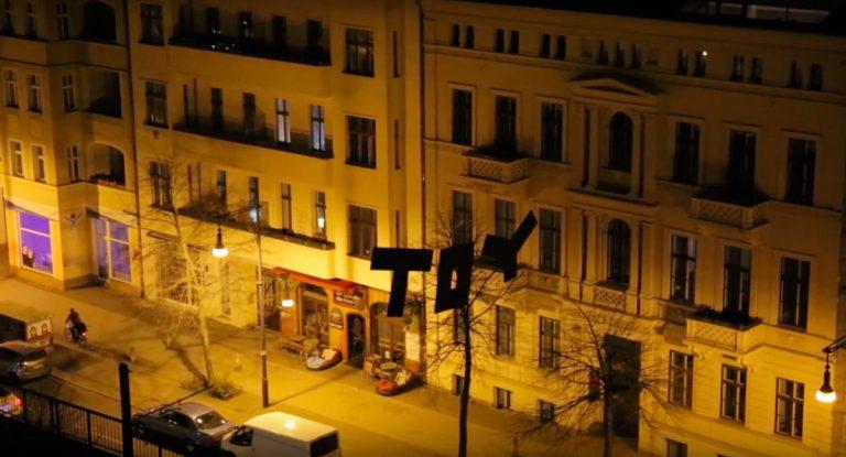 TOYs über Berlin: Tag hängt in der Luft // Video